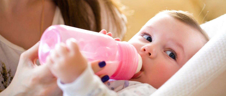Baby trinkt und schaut